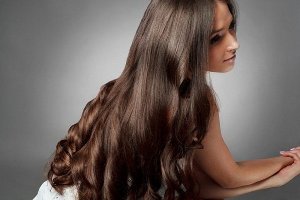 الشعر الكثيف في المنام من حيث الشعر الأسود المُجعد وتضفيره وصبغه