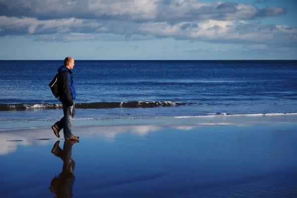 المشي على الماء في المنام أو الوقوف عليها للعزباء والمتزوجة والرجل