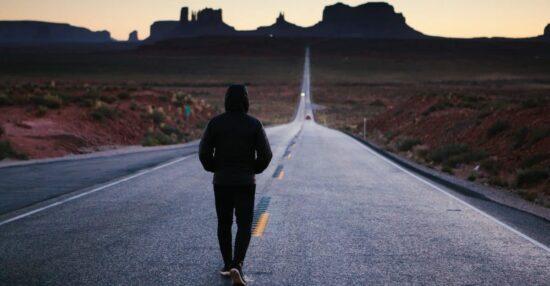 تفسير حلم المشي مع شخص اعرفه