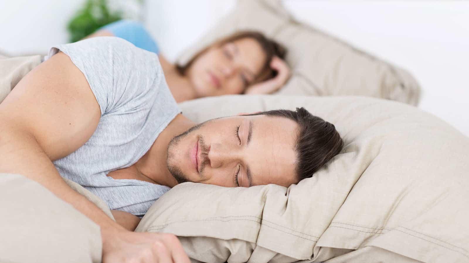 تفسير حلم النوم مع شخص اعرفه ورؤية من تحب في المنام لابن سيرين