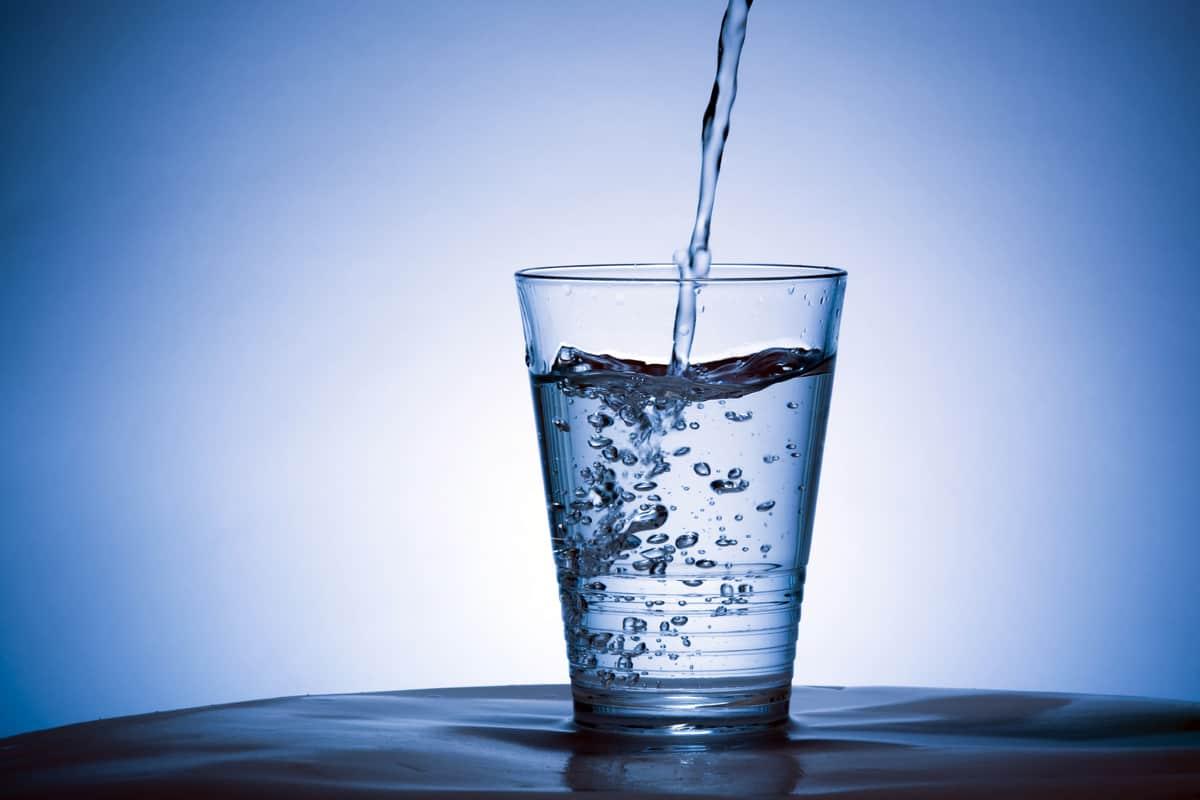 تفسير حلم شرب الماء من يد الميت
