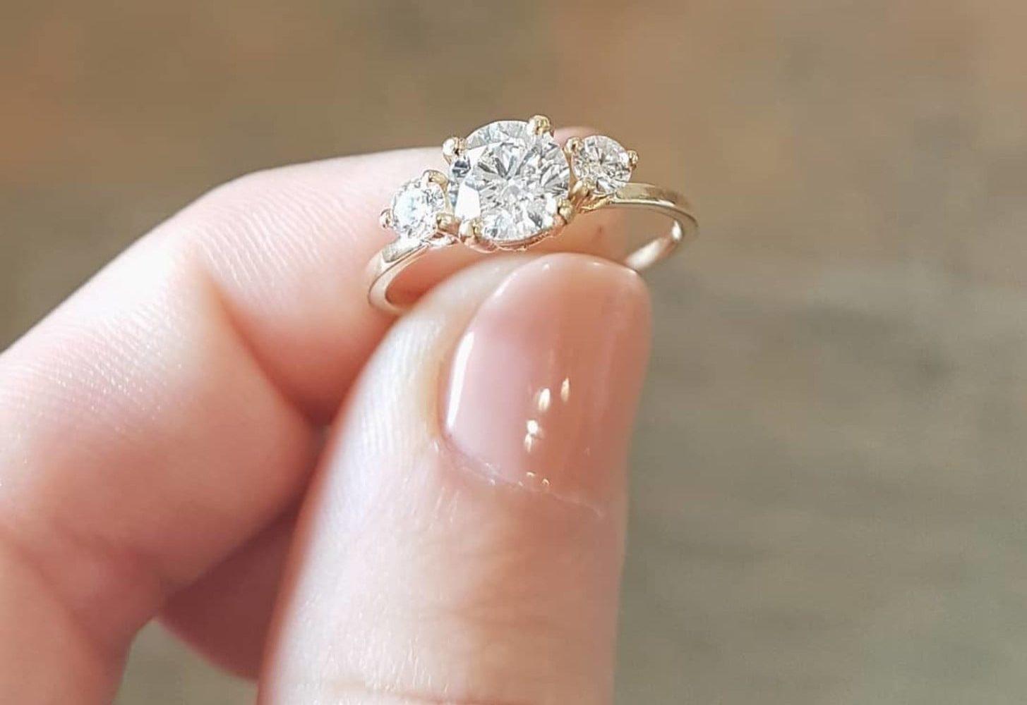 تفسير حلم لبس خاتم ذهب في اليد اليمنى أو اليسرى سواء للبنت أو المتزوجة