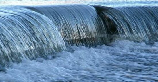 رؤية الماء الجاري في المنام والعكر وفي الأرض تفسيراته للعزباء وللمتزوجة