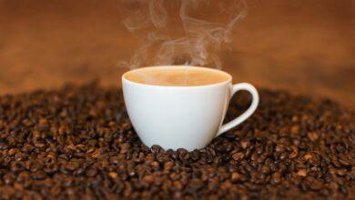 طريقة عمل القهوة السادة بأكثر من نكهة الحبهان وماء الورد والزنجبيل