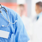 كم عدد سنوات دراسة الطب وأفضل الجامعات التي تدرس الطب في العالم
